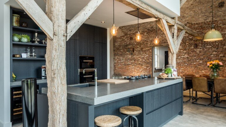 Old Dutch Farm Renovated with Preservation of Ancient Wooden Trusses (16)