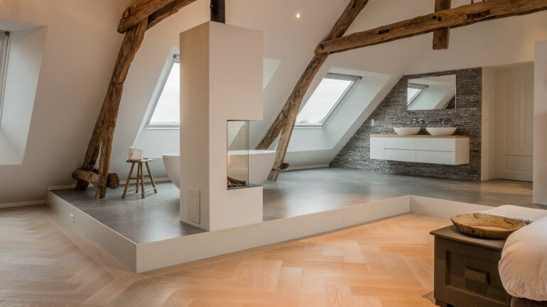 Old Dutch Farm Renovated with Preservation of Ancient Wooden Trusses (18)