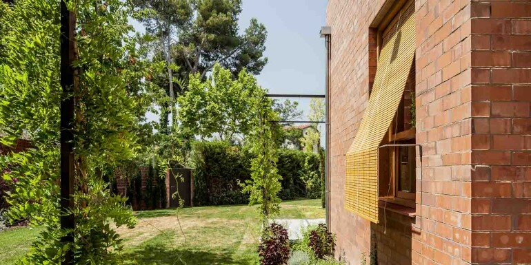 This Barcelona House Consists of Three Volumes Strongly Connected to a Garden (13)