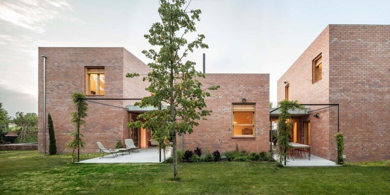 This Barcelona House Consists of Three Volumes Strongly Connected to a Garden (15)