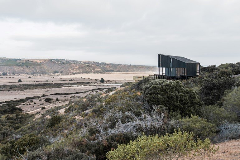 Wooden Beach House Integrated in a Spectacular Coastal Landscape (1)