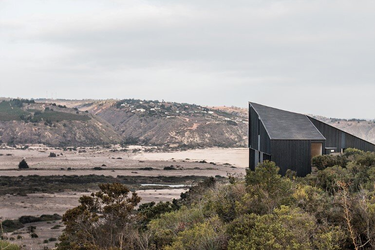 Wooden Beach House Integrated in a Spectacular Coastal Landscape (12)