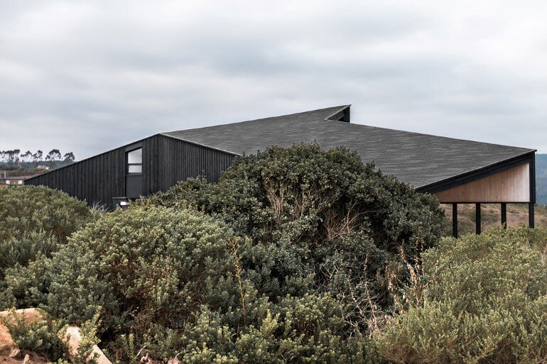Wooden Beach House Integrated in a Spectacular Coastal Landscape (6)