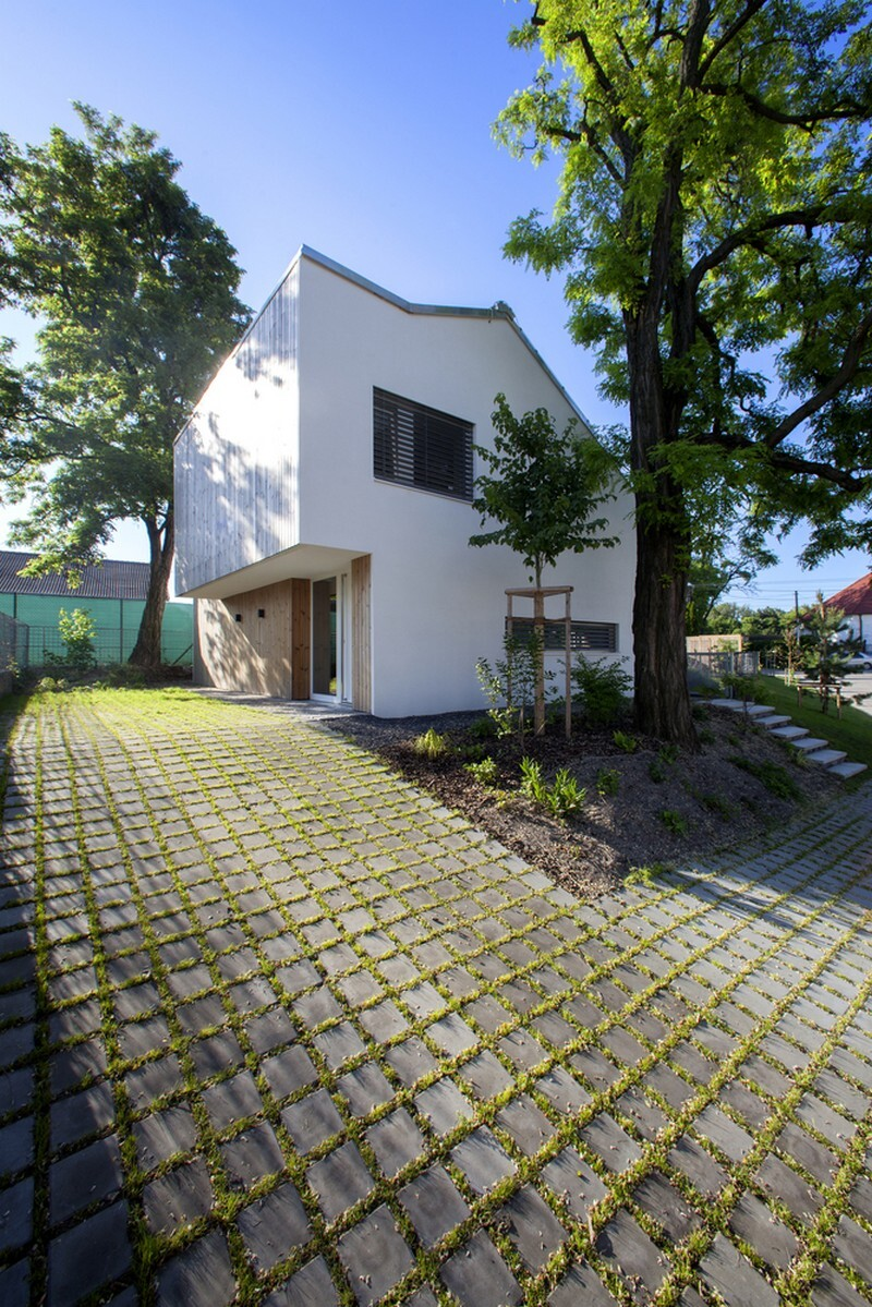 Under the Calvary House Has Traditional Shape and Modern Interiors (3)