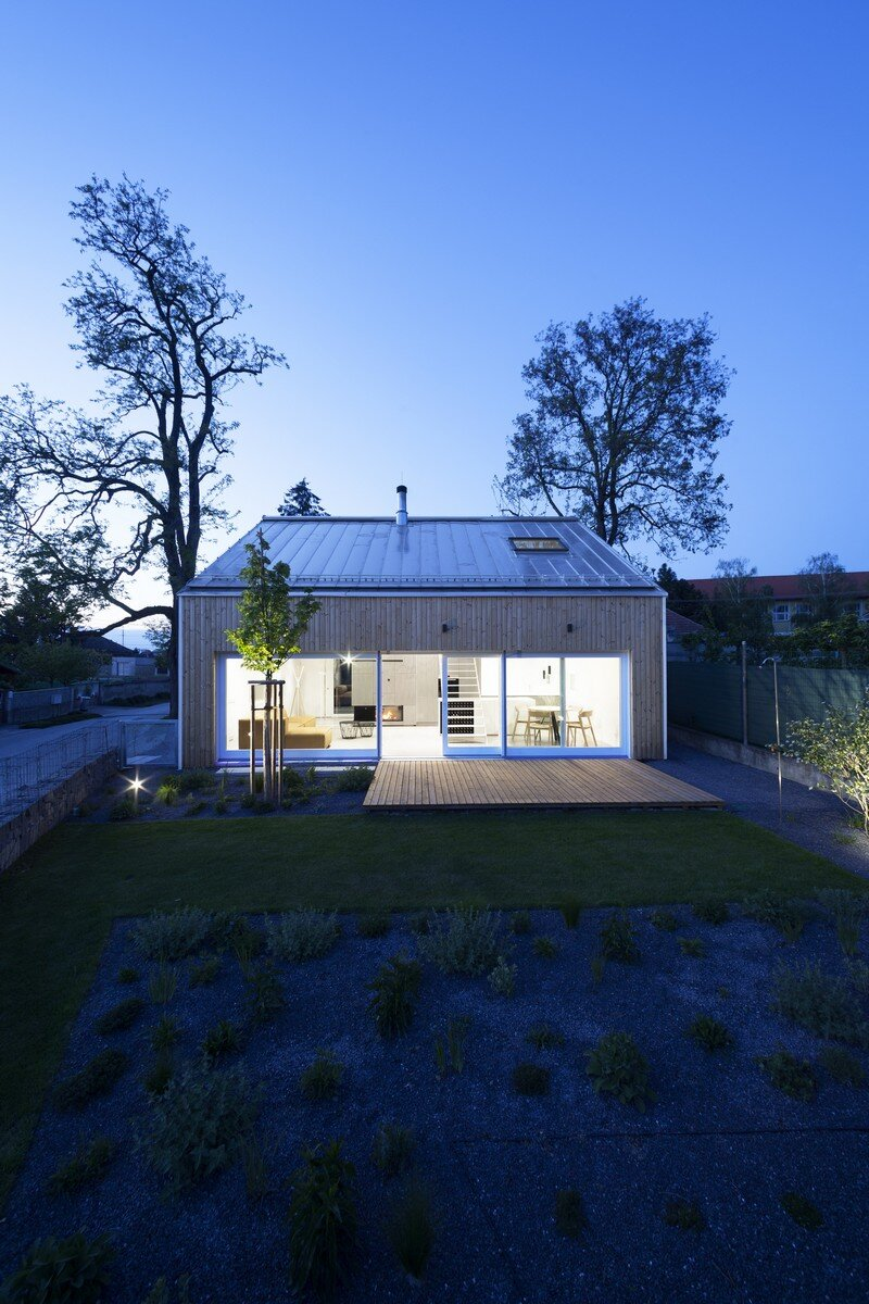 Under the Calvary House Has Traditional Shape and Modern Interiors (6)