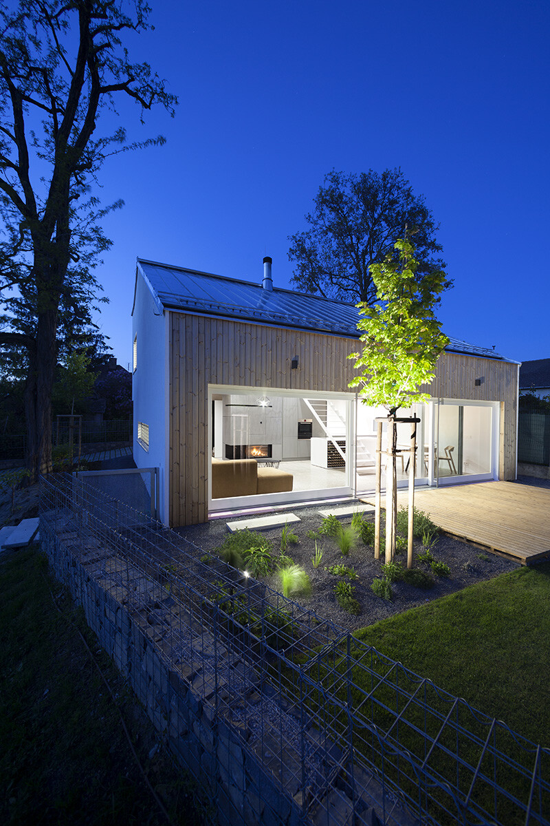 Under the Calvary House Has Traditional Shape and Modern Interiors (8)