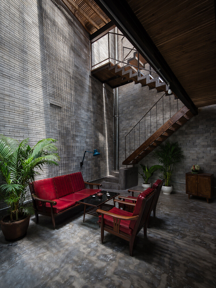 Vietnamese House Designed for a Buddhist Family (13)