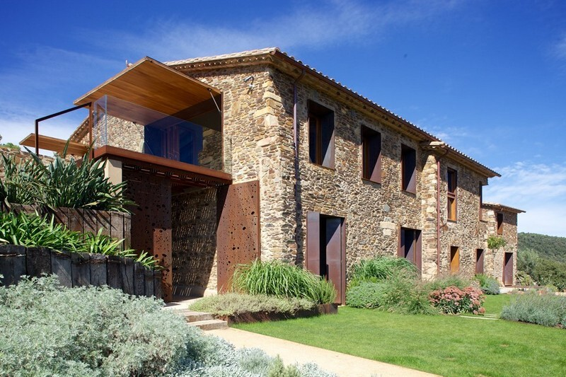 Gavarres Weekend Home - Spectacular Renovation of an Old Farmhouse (1)