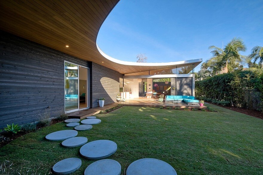 California Coastal Home with an Original and Bold Curvilinear Roof 15