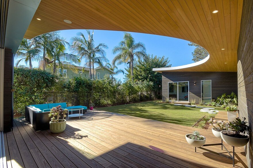 California Coastal Home with an Original and Bold Curvilinear Roof 17