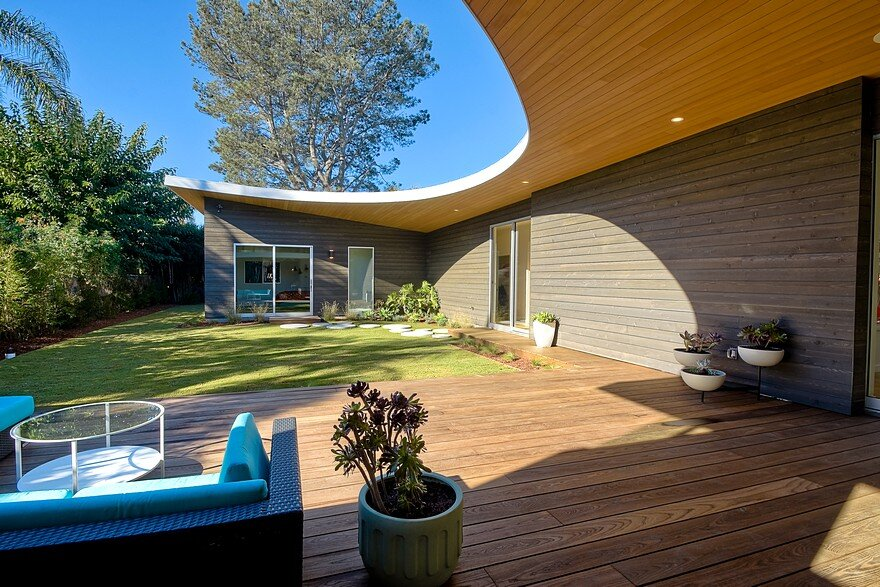 California Coastal Home with an Original and Bold Curvilinear Roof 16