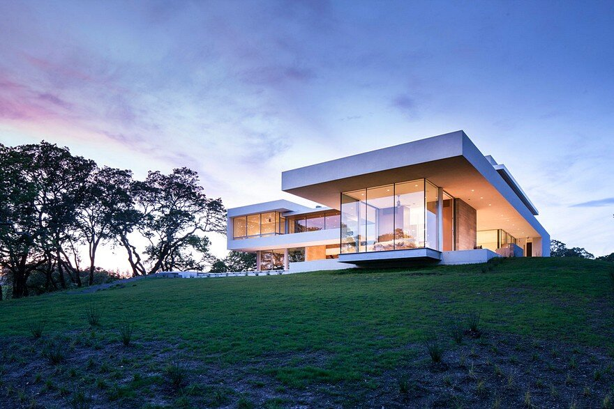 This Vineyard House Provide Casual Indoor-Outdoor Living Spaces 15