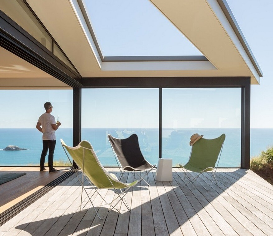 Muriwai Weekend House is Placed at the Edge of a Cliff to Capture the Dramatic Views
