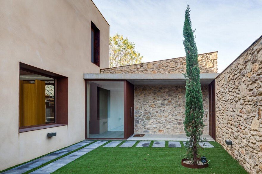 New Catalan House Inspired by the Old Farm Buildings 15