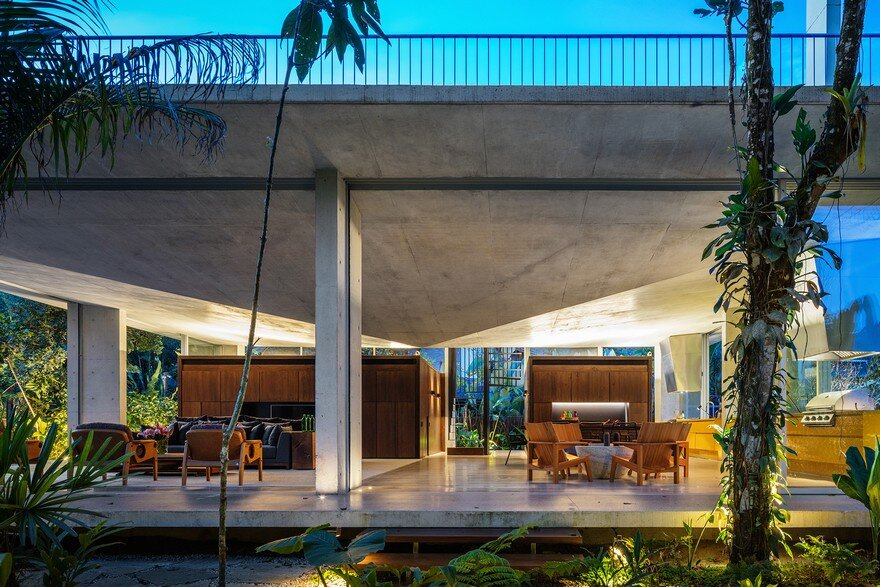 Itamambuca Beach House Surrounded by a Dense and Rich Rainforest Vegetation 14