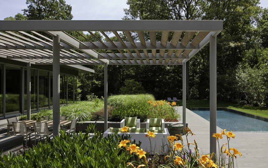 1950 Ranch House in New York Gets a Transparent Pavilion Extension 12