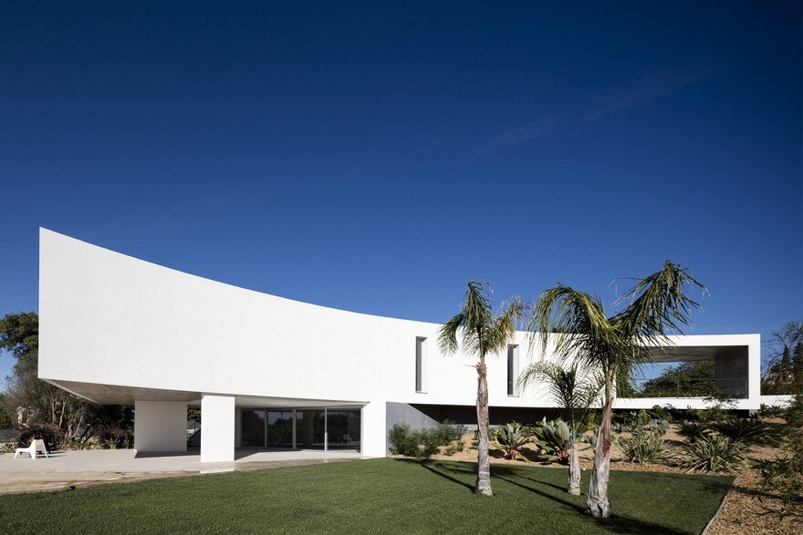 Beautiful Portuguese House Balances Indoor and Outdoor Spaces