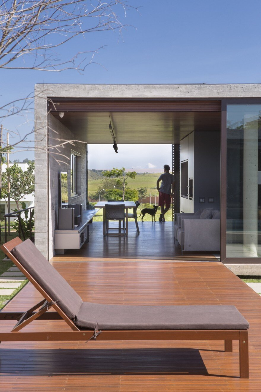 One Level Concrete House Providing Spaces for Leisure and Socializing 5