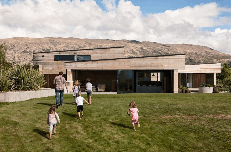 Rammed Earth House Connected to the Mountainous Landscape of Cardrona Valley 1
