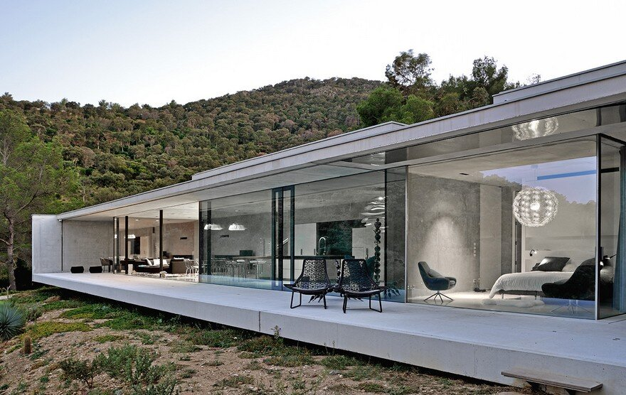 La Mira Ra House Offers an Intimate Opening Towards the Sea 13