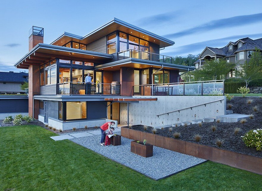 Issaquah Highlands House Offering Panoramic Views of Lake Washington 1