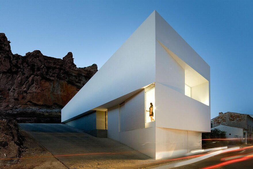 House on Mountainside Overlooked by Castle / Fran Silvestre Arquitectos