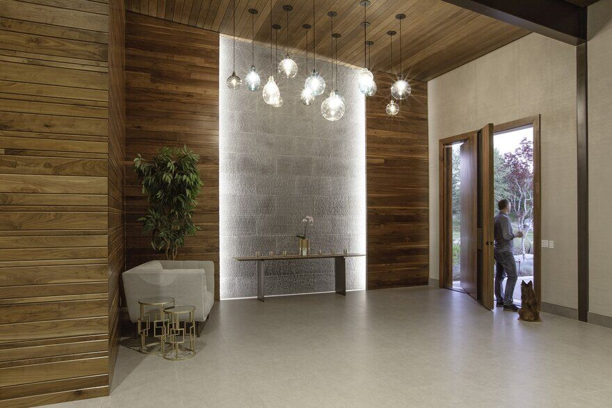 private retreat of wood, glass, and concrete / Cushing Terrell