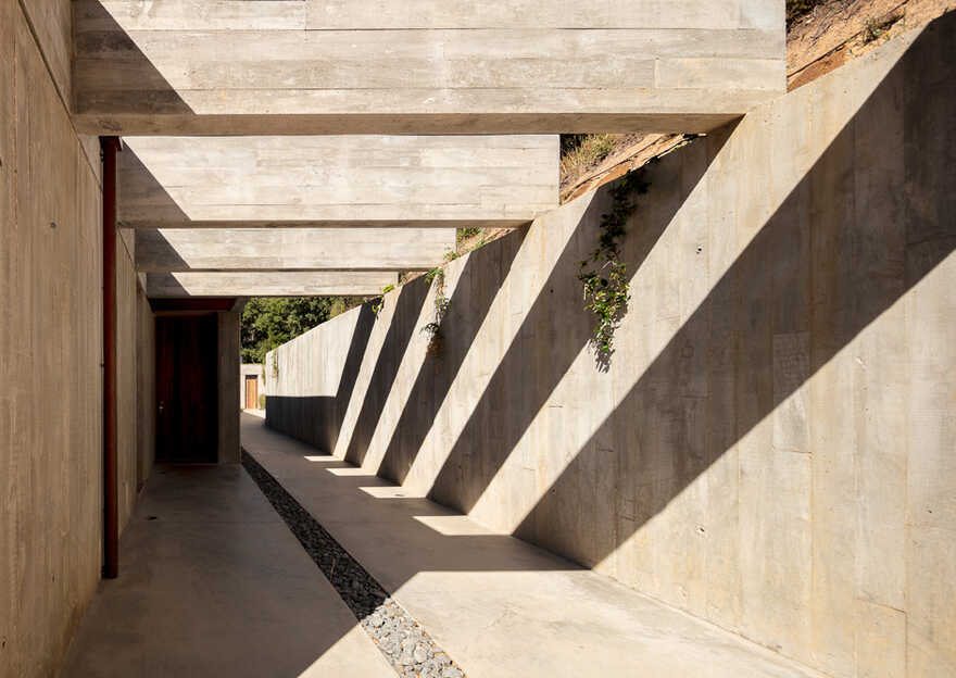 House for a Buddhist / Pereira Miguel Arquitectos