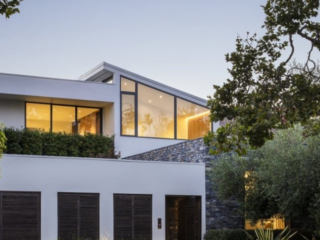 Project: Lush Beverly Hills Bungalow Architects: Abramson Architects Interior Design: Magni Kalman Design Construction: MODAA Construcion Location: Beverly Hills, California, United States Size: 2,500 sq ft Completion date: 2020 Photo Credits: Manolo Langis Text and Photos: Courtesy of Abramson Architects